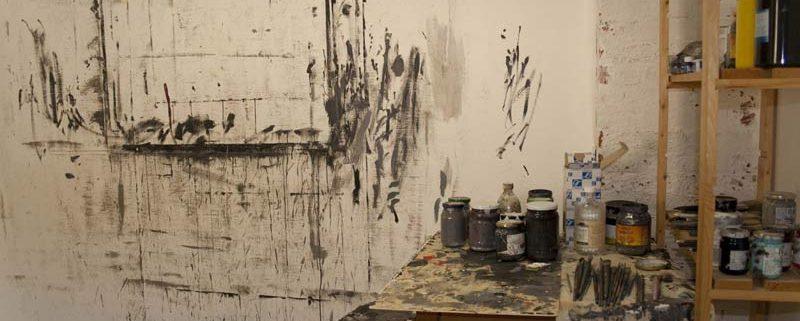 Atelier (scaffali, pitture, tracce a muro)