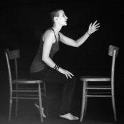 Carezza, nella serie Chairs (2011), autoscatti di Cristina Pedratscher