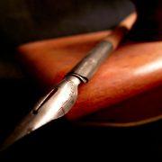 Pungila, penna, oro del pennino, / bisturi bello, alabarda ardita